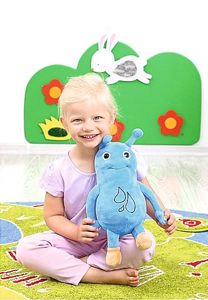 Emocje dziecka w terapii integracji sensorycznej. Uśmiechnięta dziewczynka